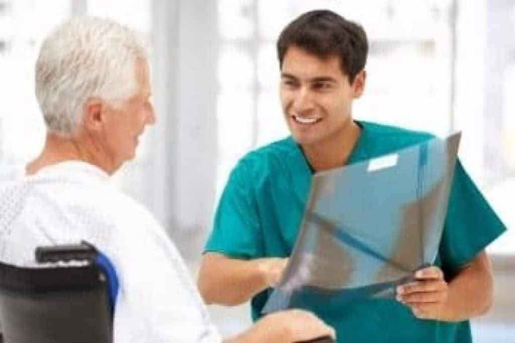 Doktor ukazuje rentgenové záznamy pacientovi