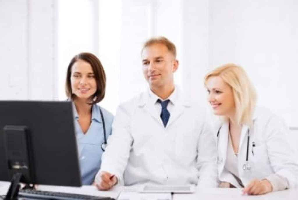 lékaři při pohledu na počítač