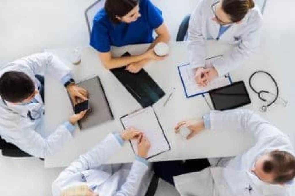 medicína, zdravotnictví a lidé - skupina lékařů při přestávce na kávu v nemocnici