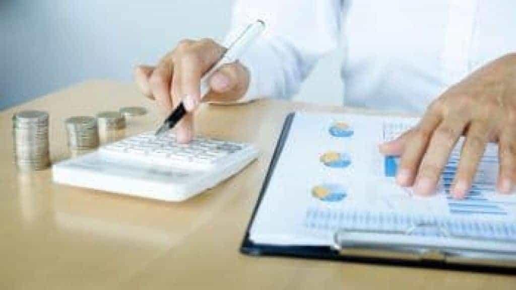 Účetní nebo bankéř při výpočtu zůstatku. Plánování investic.