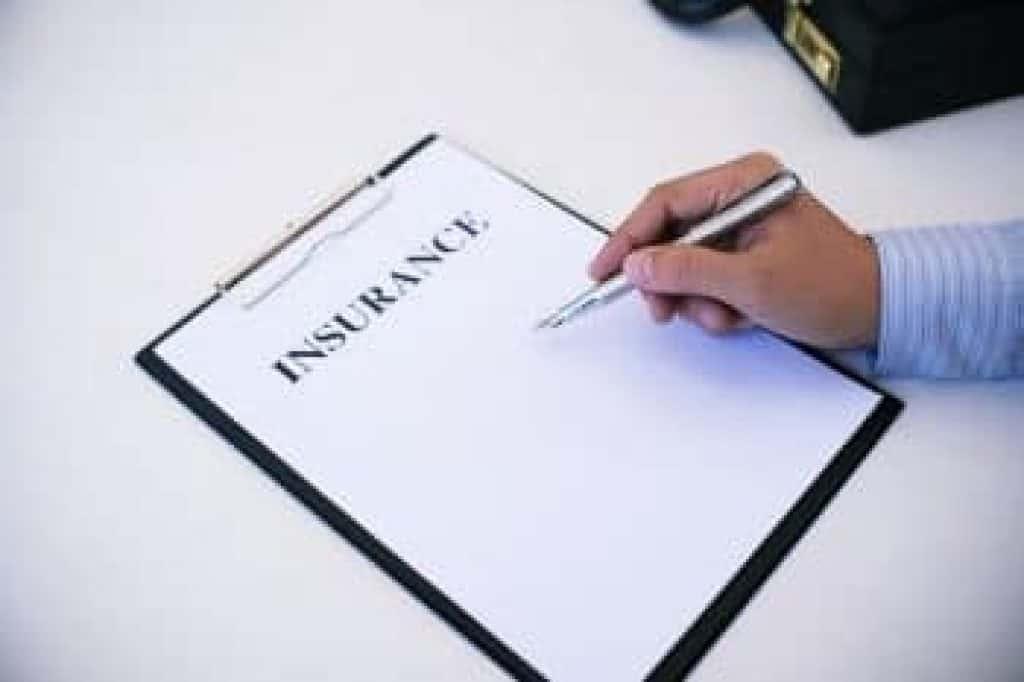 Obchodník při podpisu smlouvy na nemovitost